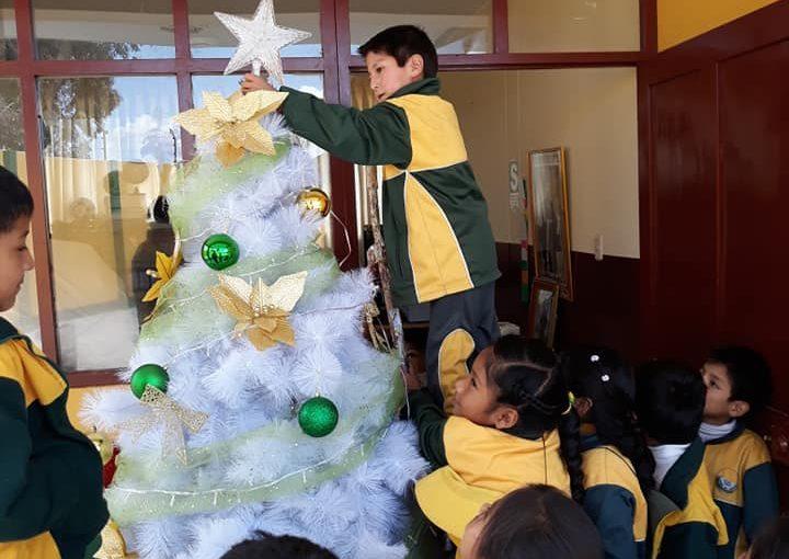 Weihnachtsdekoration an der Schule Yachay